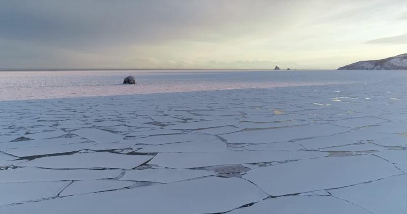 Выезд автотранспорта и выход людей на лед бухты Гертнера в Магадане  опасен