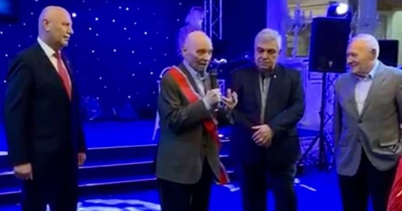 Ленту и знак Почетного гражданина Магаданской области вручили Вадиму Туманову