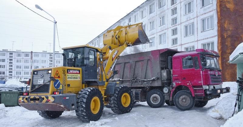 С улиц Набережной реки Магаданки, Берзина, Железнодорожной, Сахалинской в Магадане вывозят сегодня снег дорожники