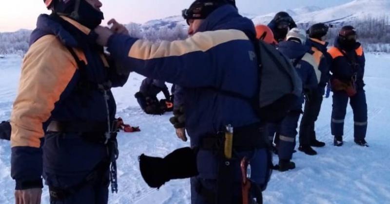 Спасатели Магадана провели тренировку по беспарашютному десантированию в условиях плохой видимости и низких температур