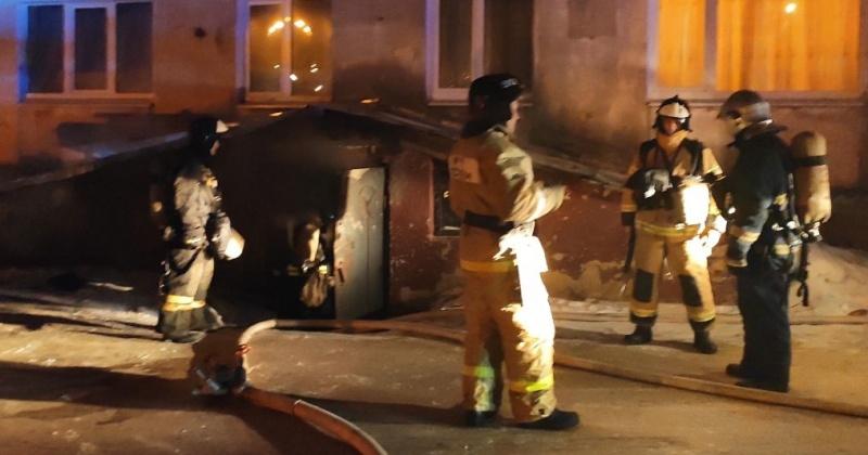 При загорании подвала в Магадане пожарные спасли мужчину