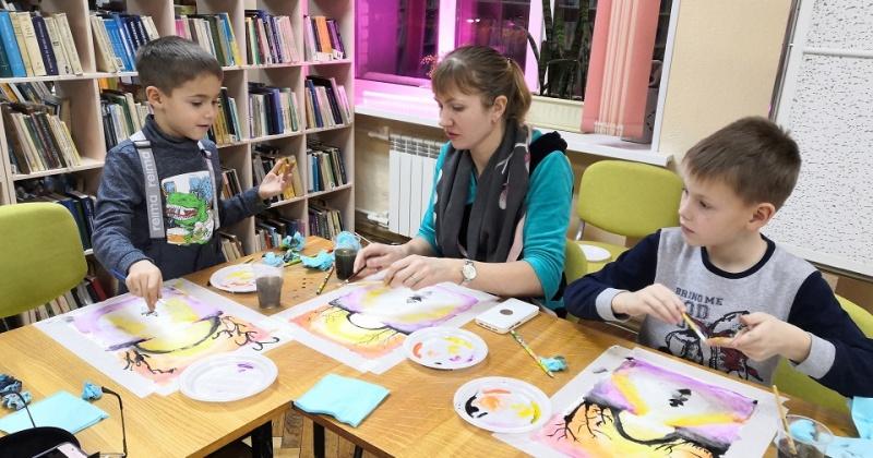 Мастер-класс по живописи от молодых художников Магадана прошел в  библиотеке имени А. С. Пушкин