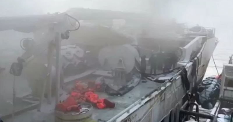 """Моряки загоревшегося возле Магадана траулера """"Энигма Астралис"""" не пострадали (Видео)"""