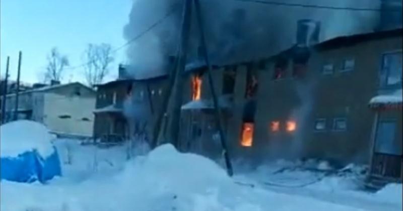 Огнем полностью уничтожен 12 квартирный дом в пос.Мадаун, в котором на постоянной основе проживало 7 человек (Видео)