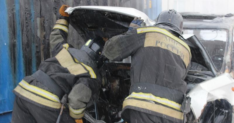 Колымские пожарные ликвидировали загорание автомобиля УАЗ в поселке Усть-Омчуг