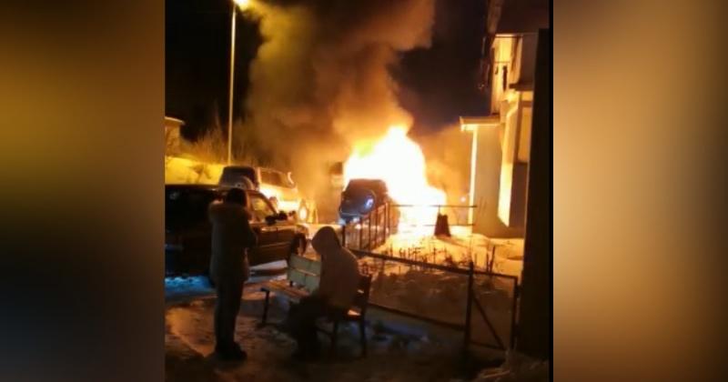 Автомобиль Toyota RAV4 полностью сгорел в Магадане (Видео)