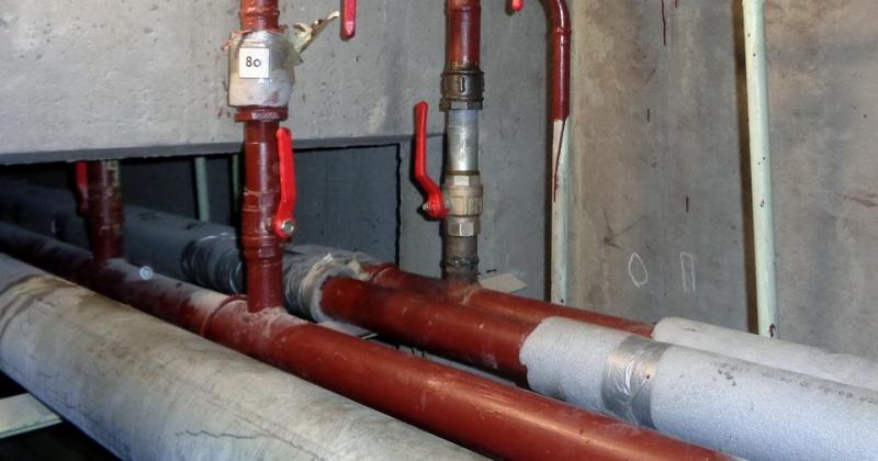 В порыве на трубопроводе системы отопления и горячего водоснабжения в доме в Магадане виновата УК