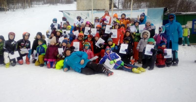 День зимних видов спорта РГШ-Магадан отметила соревнованиями среди горнолыжников и сноубордистов