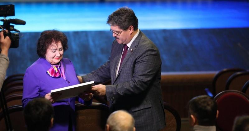 Награду Совета Федерации вручил сенатор Анатолий Широков артистке Елене Титенко