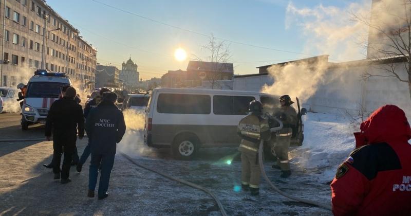 Магаданские пожарные ликвидировали загорание автомобиля Тойота Хайс в г. Магадане