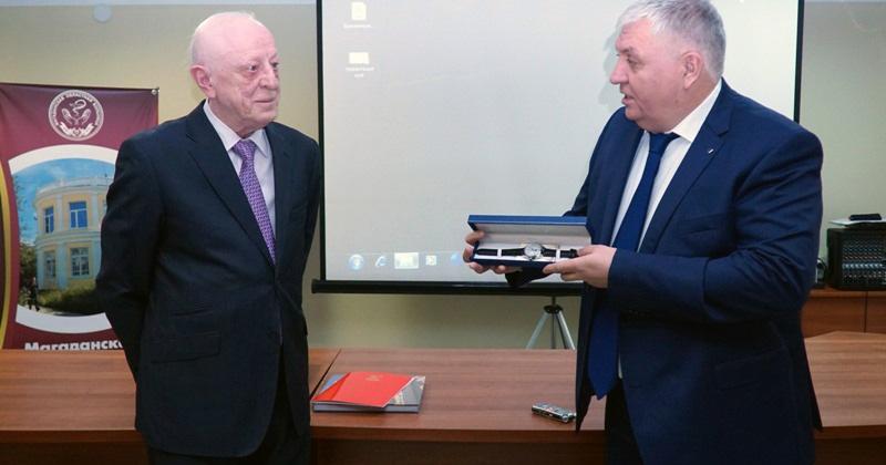 Легендарного колымского хирурга Анатолия Прохорова проводили на заслуженный отдых