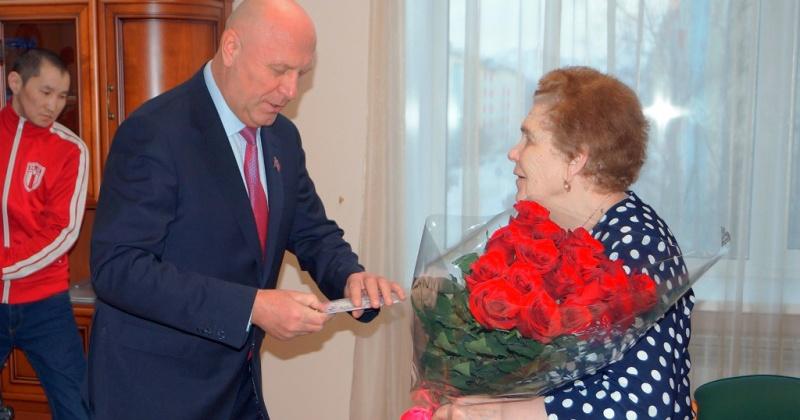 Александр Басанский поздравил с юбилеем вдову участника Великой Отечественной войны Ольгу Владимировну Ридкобород
