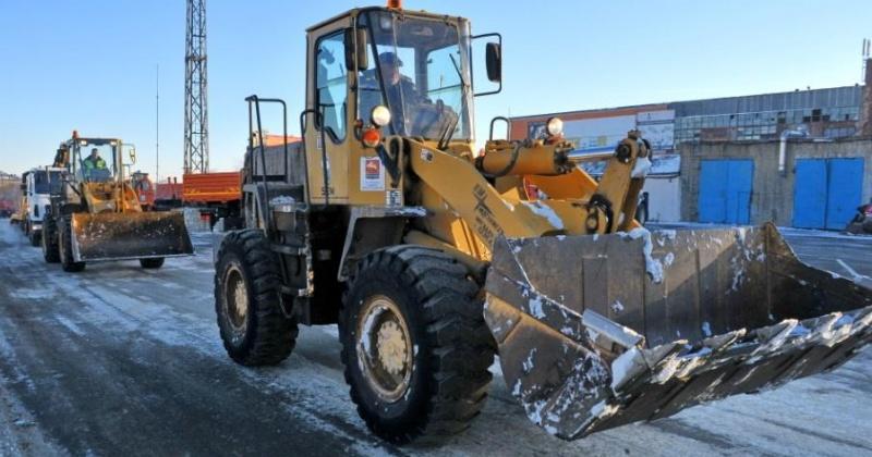 Специалисты КЗХ и ГЭЛУД вывозят снег, промывают ливневые канализации и обрабатывают дороги противогололедными материалами