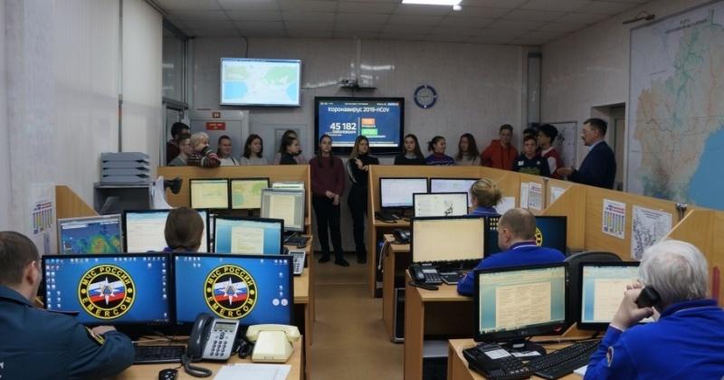С работой Центра управления в кризисных ситуациях МЧС познакомились школьники Магадана