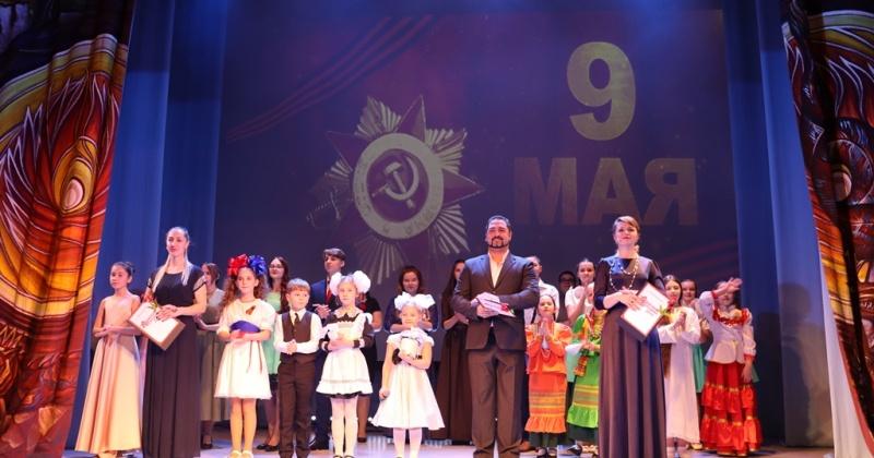 На сцене театра кукол в Магадане прошел заключительный концерт регионального фестиваля «Красная гвоздика. Дети»