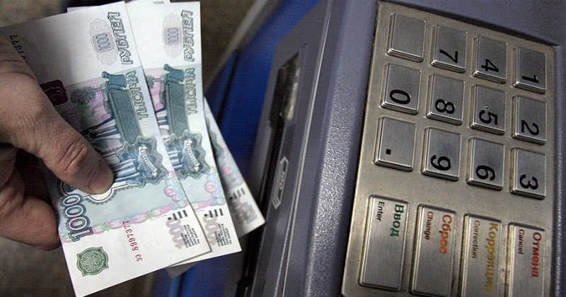 В Магадане гражданин похитил из банкомата забытые женщиной деньги