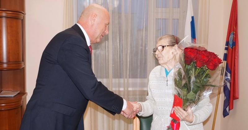 Старожила поселка Хасын Лидию Охотникову поздравил с юбилеем Александр Басанский