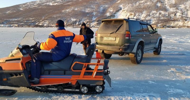Рыбаки Магадана продолжают выходить и выезжать на лед на промысел корюшки, рискуя при этом оказаться в беде