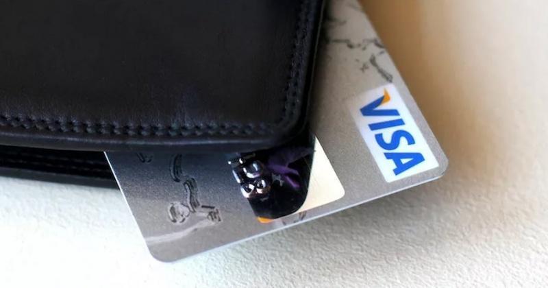 Жительница Магадана нашла банковскую карту и пошла делать покупки