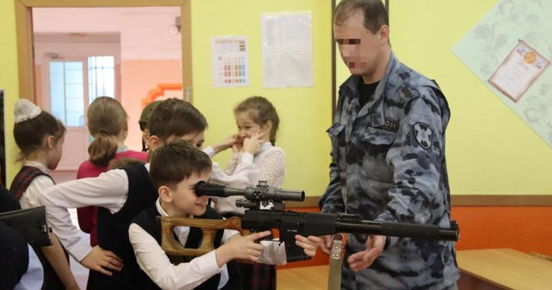 Сотрудники ОМОН Управления Росгвардии по Магаданской области встретились с учащимися младших классов гимназии № 24