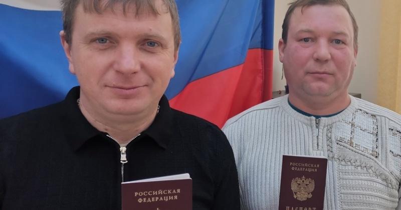 Полицейские Хасынского городского округа вручили российские паспорта четверым бывшим иностранцам