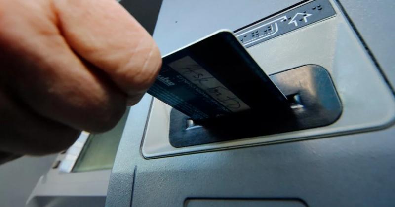 Прямо из купюроприемника банкомата выхватил злодей деньги жительницы Магадана