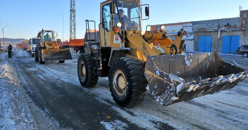 Пять комбинированных машин подметают дороги Магадана и подсыпают песко-соляную смесь по основным городским маршрутам