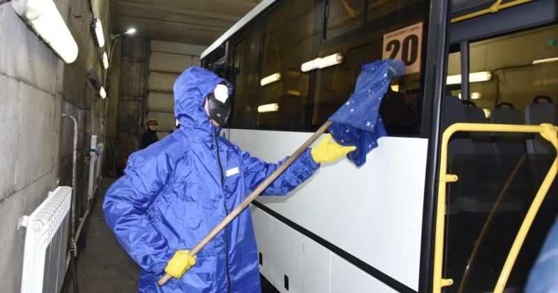 В городском общественном транспорте Магадана проводится ежедневная санитарная обработка салонов