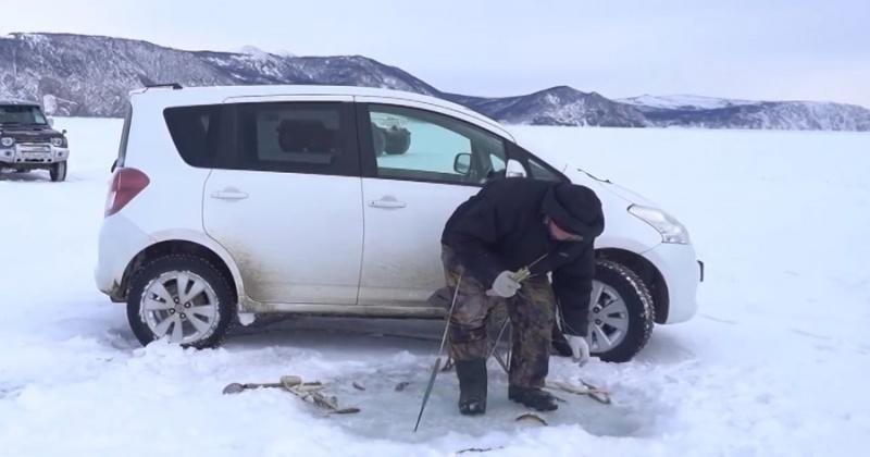 Рыбаки Магадана не уходят с потрескавшегося льда