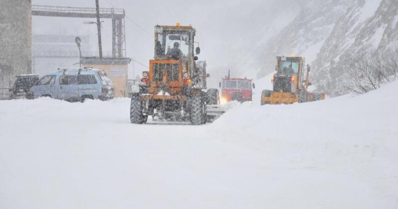 Роторы, снегопогрузчики, бульдозеры и экскаваторы: в Магадане занимаются устранением последствий обильного снегопада