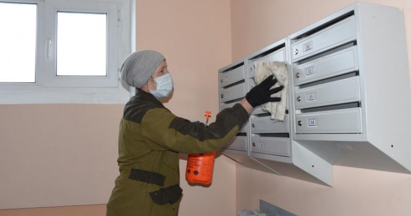 В Магадане дезинфицируют дверные и оконные ручки, почтовые ящики, домофоны в подъездах