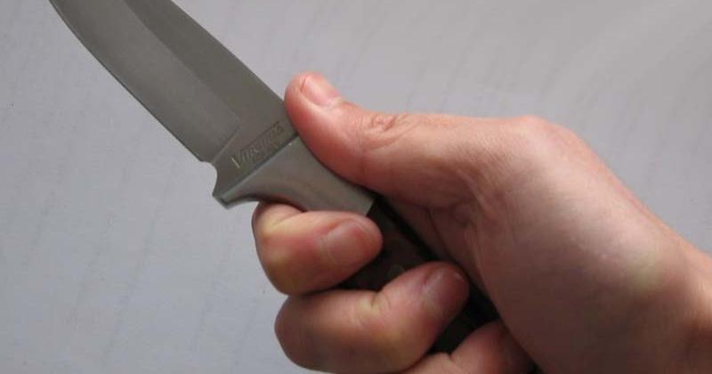 В ответ на удар по лицу, жительница Магадана проткнула мужа ножом
