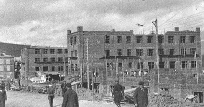 Новое четырёхэтажное кирпичное здание школы № 1 было сдано в эксплуатацию в Магадане 83 года назад