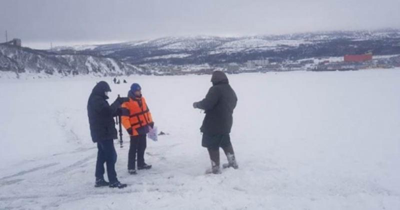 Невзирая на опасность, рыбаки Магадана продолжают выходить и выезжать на лед