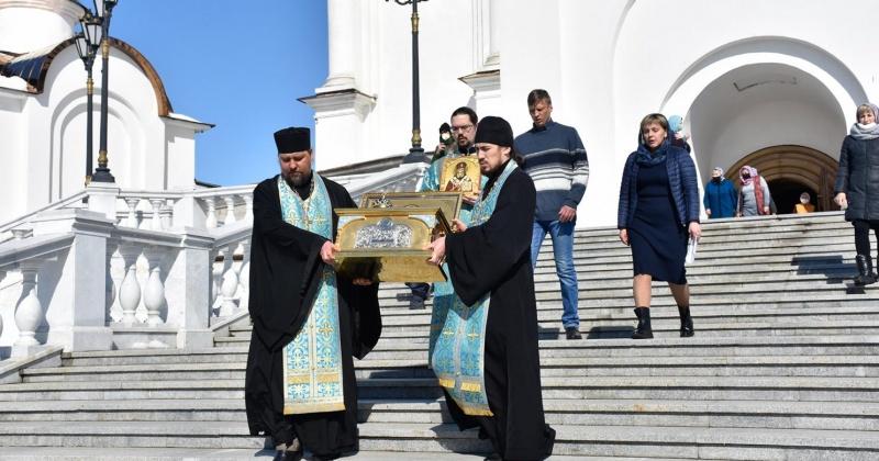 Священнослужители Магадана совершили объезд города с ковчегом с частицей мощей святителя Иннокентия Московского