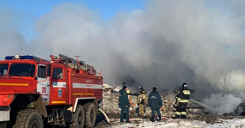 Пожарные Магадана борются с огнем на городской свалке