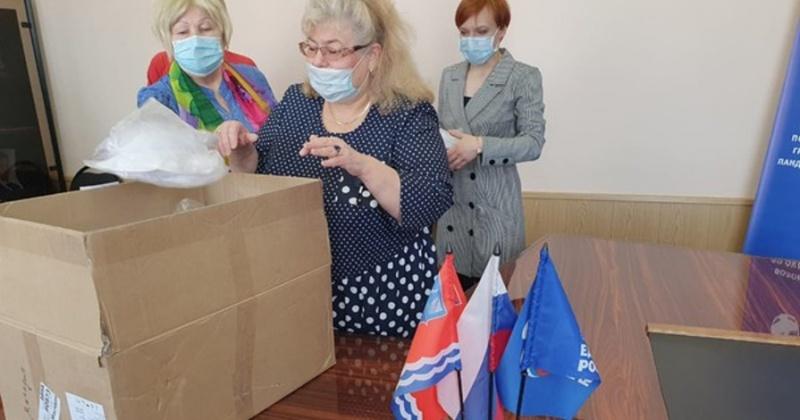 Ветераны-общественники получили помощь в волонтерском центре в магадане