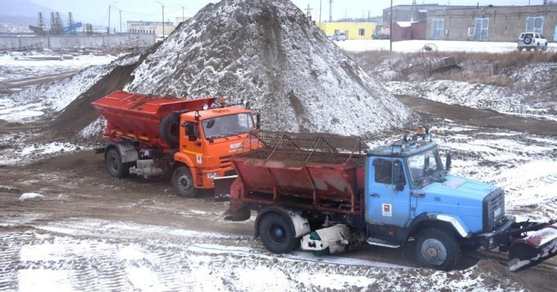Предприятия КЗХ и ГЭЛУД ведут ручную и механизированную расчистку проезжих частей и пешеходных зон Магадана