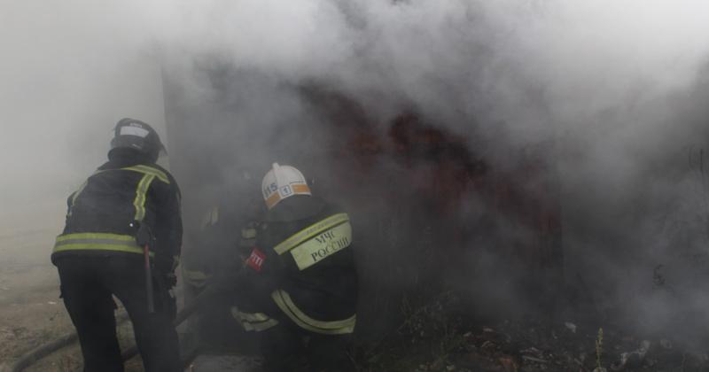 Два человека чуть не сгорели при пожаре частного дома в Магадане