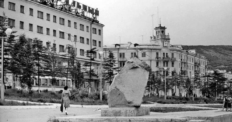 Временный памятный камень был установлен в Магадане 45 лет назад в сквере Победы