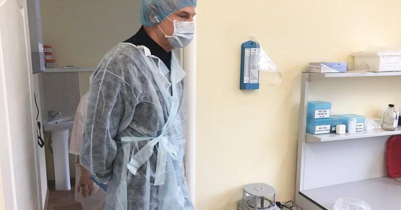 Глава Колымы  посетил лабораторию Центра СПИД и сдал тест на covid-19