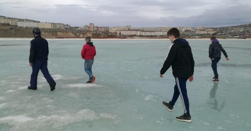 Сотрудники МЧС вывели с опасного ледового поля в бухте Нагаева в Магадане 6 детей