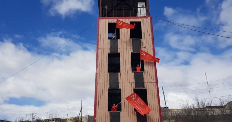 На учебной башне в ПСЧ-20 в Магадане  развернули Знамя Победы
