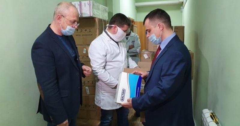 Игорь Розинов передал областной больнице расходные медицинские материалы