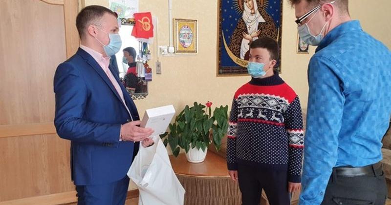 Николай Ярощук подарил планшет семье из п. Уптар