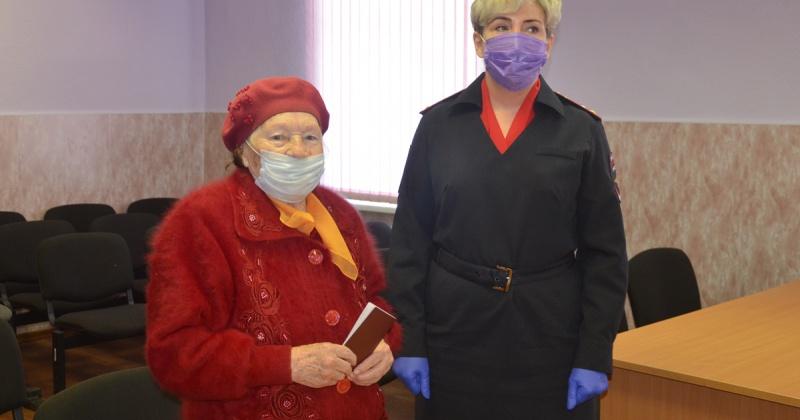 В Магадане полицейские вручили паспорт гражданина Российской Федерации 90 – летней участнице Великой Отечественной войны