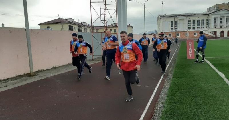 Спасатели сдают зачеты по профессиональной и физической подготовке в Магадане