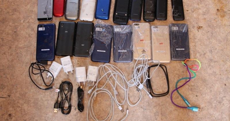 На мусоровозе в зону в Магадане пытались провезти телефоны, зарядки, кабели и сим-карты