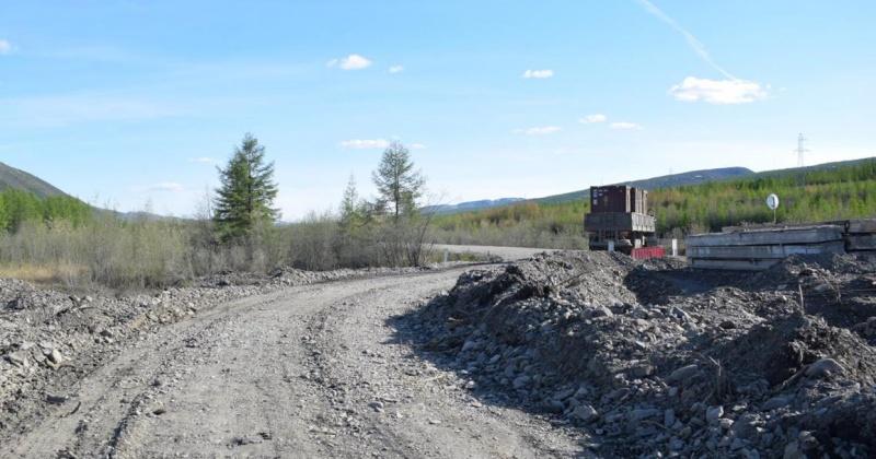 Дорожные службы продолжают устранять последствия паводка на участке трассы Р-504 «Колыма» в Магаданской области