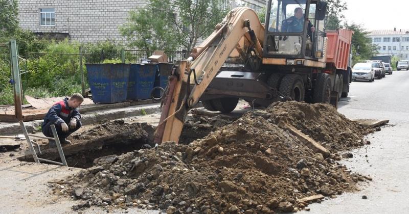 В связи с дорожным ремонтом организовано перекрытие движения автомобильного транспорта на улице Парковой в Магадане